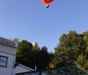 Heißluftballon über dem Clubheim