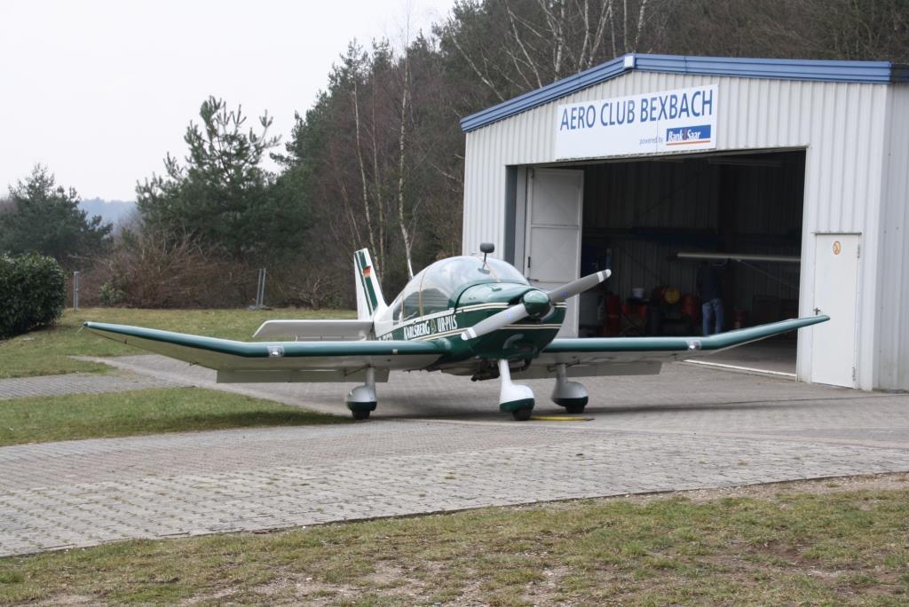 Die DR400 vor der Motorflug-Halle